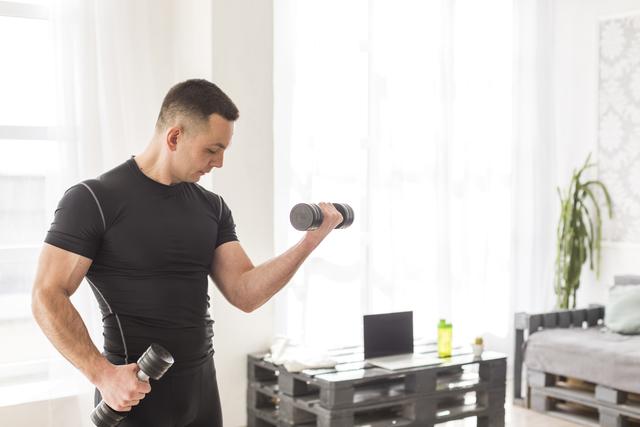 Trening domatora to nic innego jak trening siłowy wykonany w domu. Do uzyskania zamierzonych efektów syletkowych wystarczą proste przybory lub same ciało.