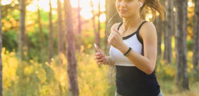 Trening cardio można przeprowadzić zarówno na siłowni, jak i w domu. Pozwala na skuteczne pozbywanie się nadmiernej tkanki tłuszczowej.